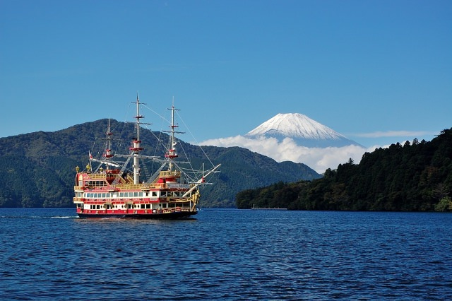 4. How about having an afternoon tea on the lakeside of the Lake Ashi?