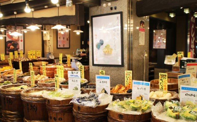 Let's have a walk-and-eat tour in Nishiki Market!